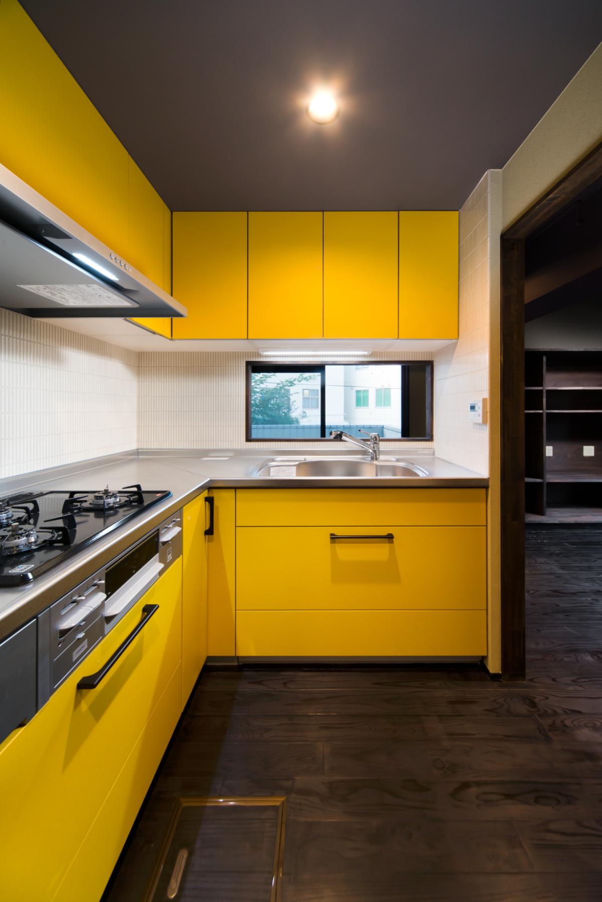 リノベーション後の黄色のキッチン